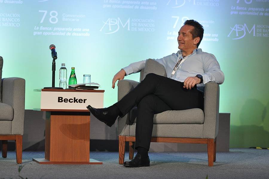 Empresario Daniel Becker tiene COVID-19
