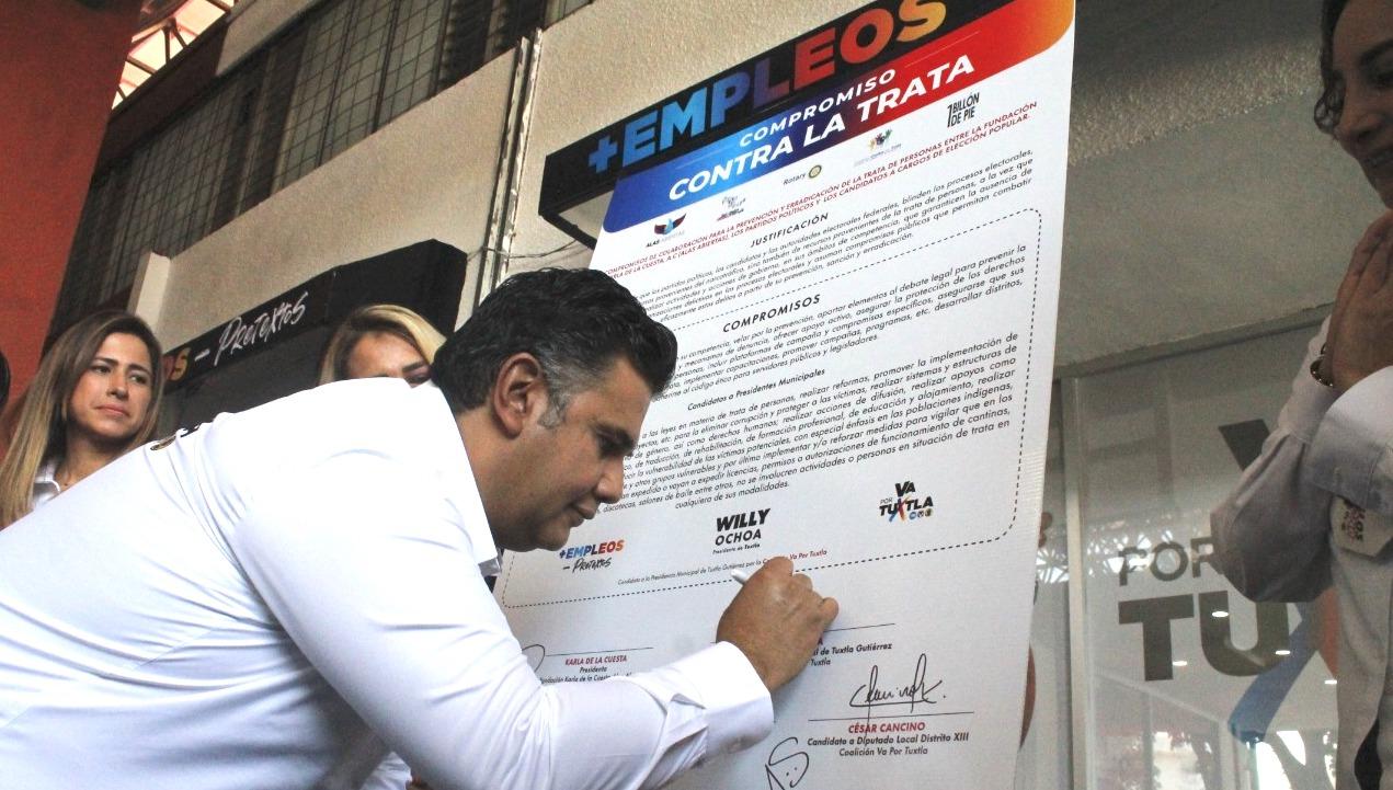 Willy Ochoa, firma compromiso para erradicar trata de personas